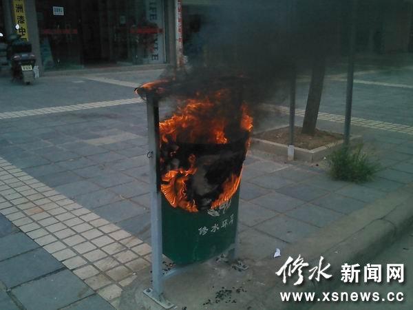 环卫垃圾桶当街被烧,是谁失火?